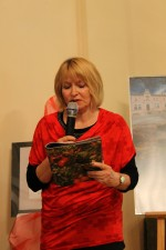 Publiczność czytająca wiersze