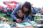 Dzieci biorą udział w zabawie Powiatu Trzebnickiego